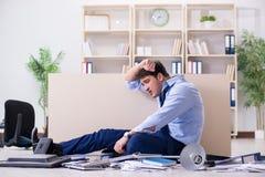 Der verärgerte Geschäftsmann frustriert mit zu vieler Arbeit lizenzfreies stockfoto