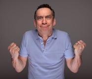 Der verärgerte Mann, der Gesichts-Fäuste zieht, hob an lizenzfreies stockfoto