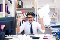 Der verärgerte und furchtsame Geschäftsmann im Büro lizenzfreie stockbilder