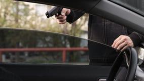 Der Verbrecher legte einen bewaffneten Überfall des Fahrers des Autos fest stock video