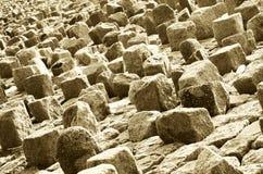 Der vereinbarende Felsen auf dem Damm der Küste Stockfoto