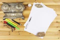 Der Verfasser schreibt einen Roman Schaffung von Erfolgsgeschichten Stifte im Büro auf einem Holztisch lizenzfreies stockfoto