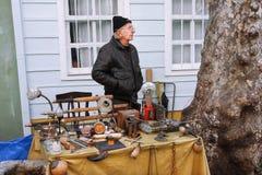 Der Verkäufer auf der Flohmarkt Stockfoto