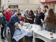 Der Verkäufer bereitet nationales Lebensmittel für Touristen im Ostbasar in der alten Stadt von Nazaret in Israel zu Stockbild