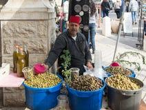 Der Verkäufer bietet den Oliven ihre eigenen Essiggurken im Ostbasar in der alten Stadt von Nazaret in Israel an Lizenzfreie Stockbilder