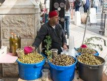 Der Verkäufer bietet den Oliven ihre eigenen Essiggurken im Ostbasar in der alten Stadt von Nazaret in Israel an Lizenzfreies Stockfoto
