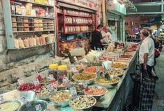 Der Verkäufer im Eigen wiegt den Gewürzkäufer im Markt Mahane Yehuda in Jerusalem, Israel Lizenzfreies Stockfoto
