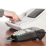 Der Verkäufer macht die Berechnung und nimmt Zahlung durch eine Bargeldausrichtung Stockbilder