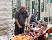Der Verkäufer macht frisch zusammengedrückten Granatapfelsaft im Ostbasar in der alten Stadt von Nazaret in Israel Lizenzfreie Stockbilder