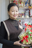 Der Verkäufer am Teeshop verkauft Tee lizenzfreie stockfotografie