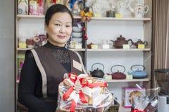 Der Verkäufer am Teeshop verkauft Tee stockfotografie