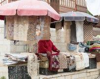 Der Verkäufer verkauft Andenken im Ostbasar in der alten Stadt von Nazaret in Israel Lizenzfreie Stockfotos