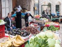 Der Verkäufer verkauft Frischgemüse und Früchte im Ostbasar in der alten Stadt von Nazaret in Israel Stockbilder