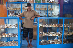 Der Verkäufer von den Andenken gemacht von den Seeoberteilen in Sri Lanka stockfotos