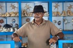 Der Verkäufer von den Andenken gemacht von den Seeoberteilen in Sri Lanka Lizenzfreie Stockbilder