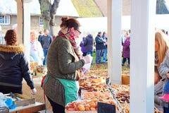 Der Verkauf backt in einem Landwirtmarkt zusammen Stockbild