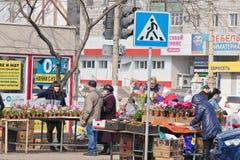 Der Verkauf blüht auf den Straßen am Vorabend der internationalen Frauen Stockfotos