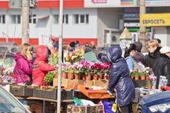 Der Verkauf blüht auf den Straßen am Vorabend der internationalen Frauen Stockbild