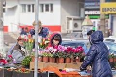 Der Verkauf blüht auf den Straßen am Vorabend der internationalen Frauen Stockfotografie