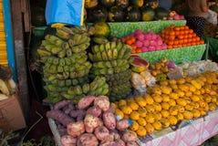 Der Verkauf der Frucht Markt auf der Straße Manila, Philippinen Stockbild