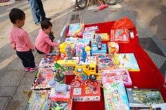 Der Verkauf der Spielwaren der Kinder Stockfotos