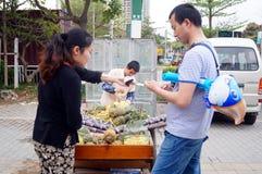 Der Verkauf des Zuckerrohrs und der Ananas Stockfoto