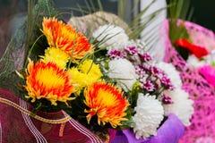 Der Verkauf von Blumensträußen von Blumen an einem Straßenmarkt Lizenzfreies Stockfoto