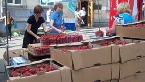 der Verkauf von Erdbeeren Lizenzfreie Stockbilder