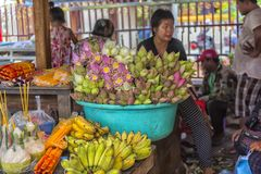der Verkauf von Lotosblumen nahe einem buddhistischen Tempel Lizenzfreies Stockfoto