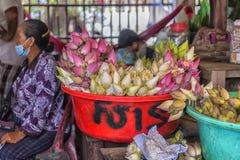der Verkauf von Lotosblumen nahe einem buddhistischen Tempel Stockfotografie