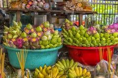 der Verkauf von Lotosblumen nahe einem buddhistischen Tempel Lizenzfreie Stockfotos
