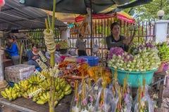 der Verkauf von Lotosblumen nahe einem buddhistischen Tempel Stockfoto