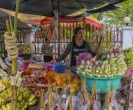 der Verkauf von Lotosblumen nahe einem buddhistischen Tempel Stockbilder