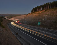 Der Verkehr durch die Berge Lizenzfreies Stockfoto