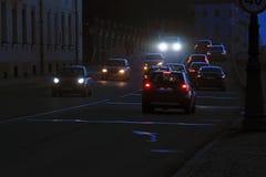 Der Verkehr von Autos auf der Abendstraße an der Dämmerung Lizenzfreie Stockfotografie