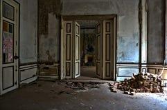 Der verlassene Villenraum Stockfotos