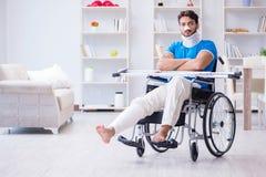 Der verletzte junge Mann, der zu Hause wieder herstellt Stockfotografie