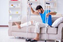 Der verletzte junge Mann, der zu Hause wieder herstellt Lizenzfreies Stockfoto