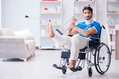 Der verletzte junge Mann, der zu Hause wieder herstellt Stockbild
