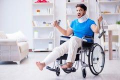 Der verletzte junge Mann, der zu Hause wieder herstellt Stockbilder