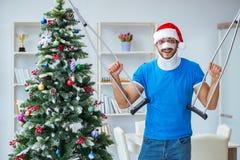 Der verletzte Mann, der zu Hause Weihnachten feiert stockfoto