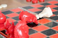 Der Verlierer des kämpfenden Schachs, festgelegt, Wettbewerb, der Sieger, erfolgreich, weihen Konzept ein stockbild