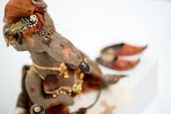Der verrückten arabischen rauchende Puppe Ratten-Huka des Pelzteddybären Stockfoto