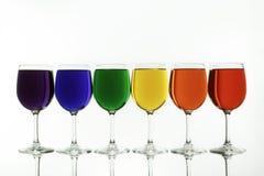 Der Verschiedenartigkeits-Regenbogen Caputred in den Wein-Gläsern Stockbilder