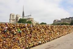 Der Verschluss der Liebe: Vorhängeschlösser auf Brücke auf dem Hintergrund von keinem Stockfotografie