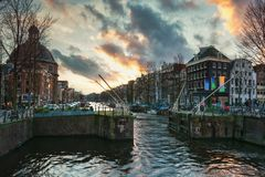Der Verschluss im Singel-Kanal in der alten Stadt von Amsterdam lizenzfreies stockfoto