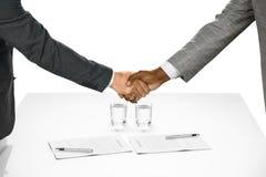 Der Vertrag wird unterzeichnet stockfoto