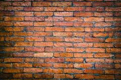 Der verwitterte Ziegelstein befleckte alte Wand des Backsteinmauerhintergrund-roten Backsteins Stockfoto
