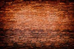 Der verwitterte Ziegelstein befleckte alte Wand des Backsteinmauerhintergrund-roten Backsteins Lizenzfreies Stockbild