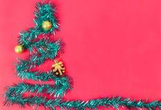 Der verzierte Feiertagshintergrund ist mit einem Bündel des neuen Jahres des Regenbogens Stockbild
